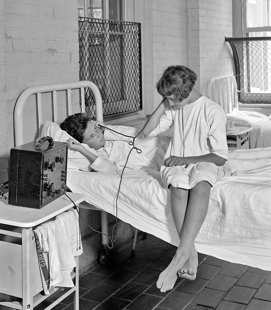Niñas escuchando la radio en el Hospital Garfield. Washington 1924. Shorpy