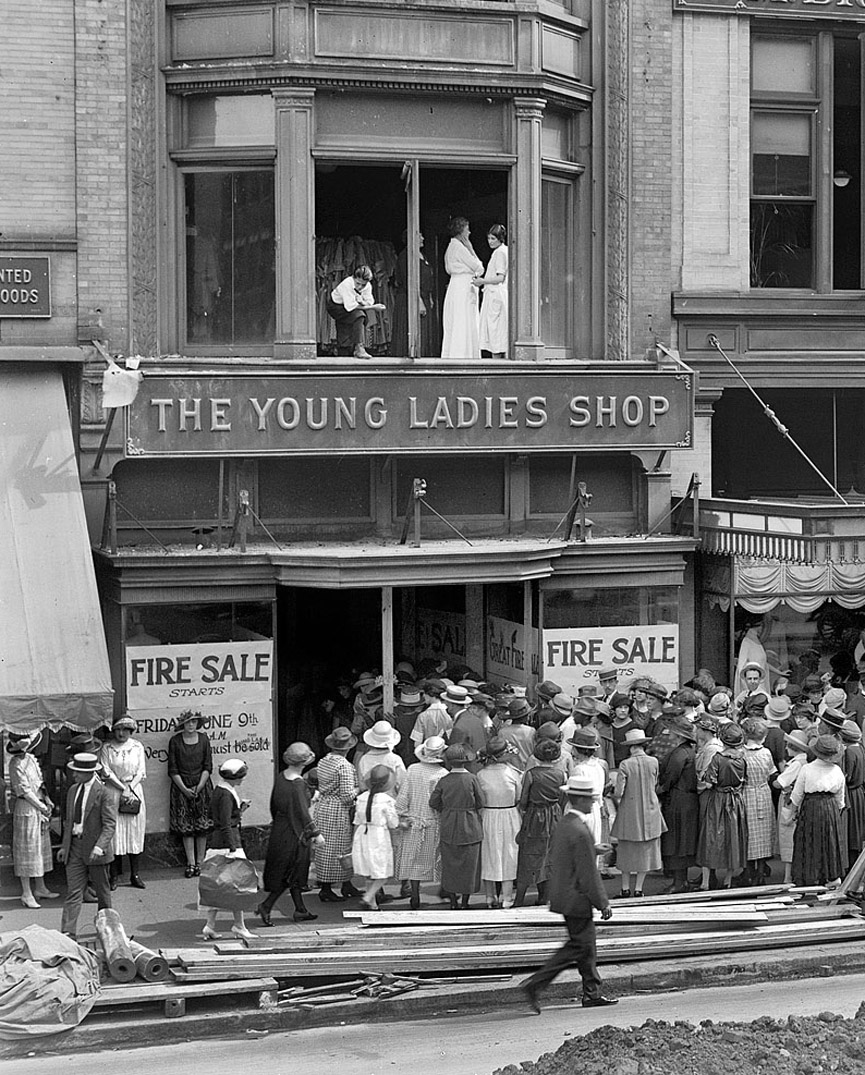 Oferta de liquidación en la tienda The Young Ladies Shop. Washington, 1922. Shorpy