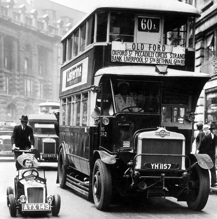 Autobus y midget car. Londres, 1928. Getty Images