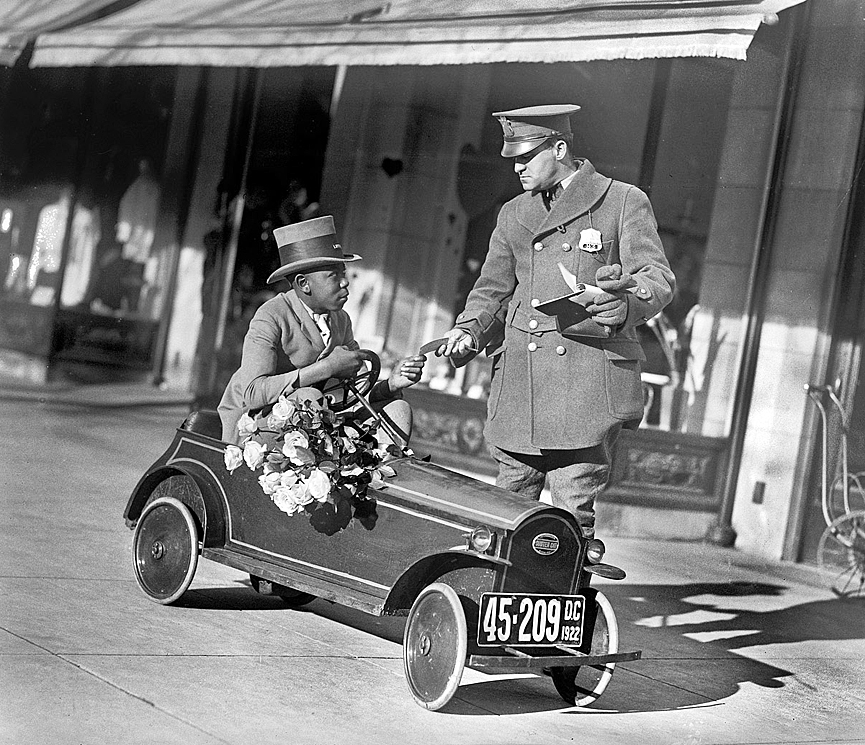 Louise and flower shop auto. Washington, 1922. Biblioteca del Congreso