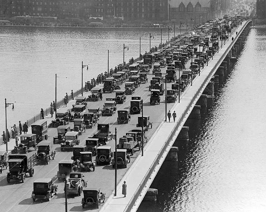 Congestión de tráfico en el puente de Harvard en Cambridge. Massachusetts, 1923. Leslie Jones, Boston Public Library