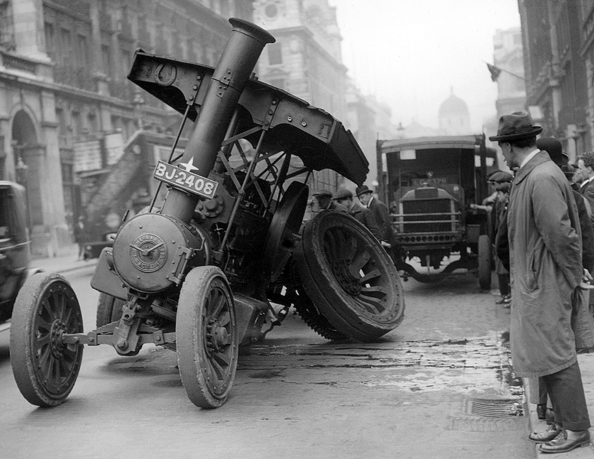 Un vehículo de tracción a vapor accidentado. Londres, 1923. Getty Images